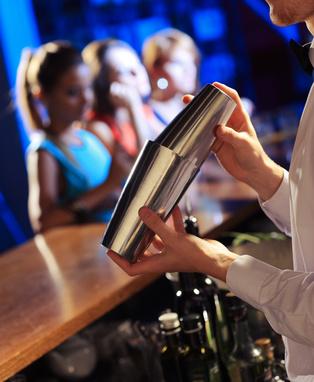 Ein Barkeeper weiß bescheid über die Wünsche der Frauen